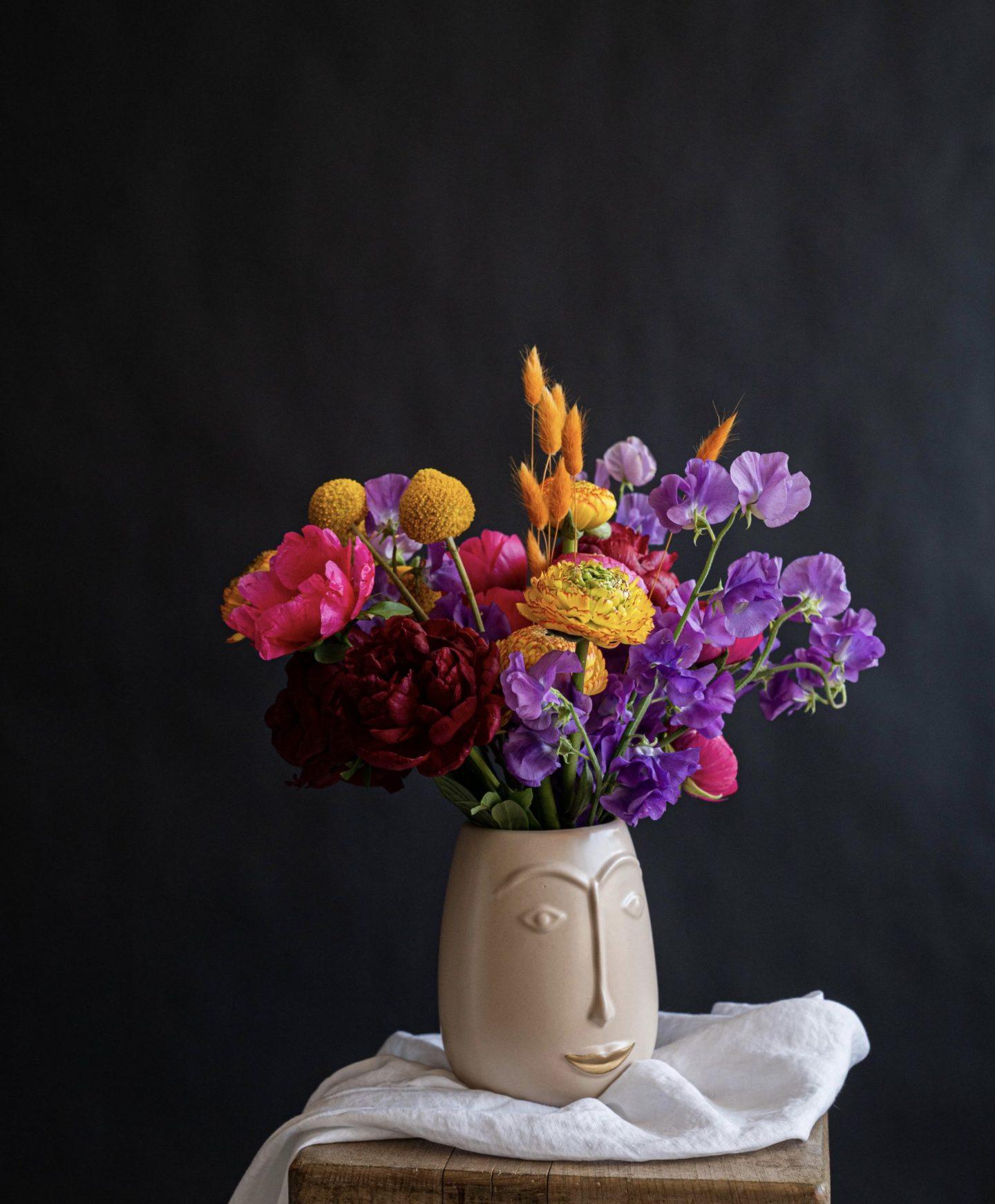 Bunte Blumen in der Vase - lila, gelb und pink